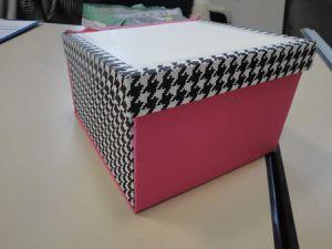 La boîte de Sandrine : pied de poule... oups ! et uni stretch... double oups ! Celle de Dominique : uni et fleurs.