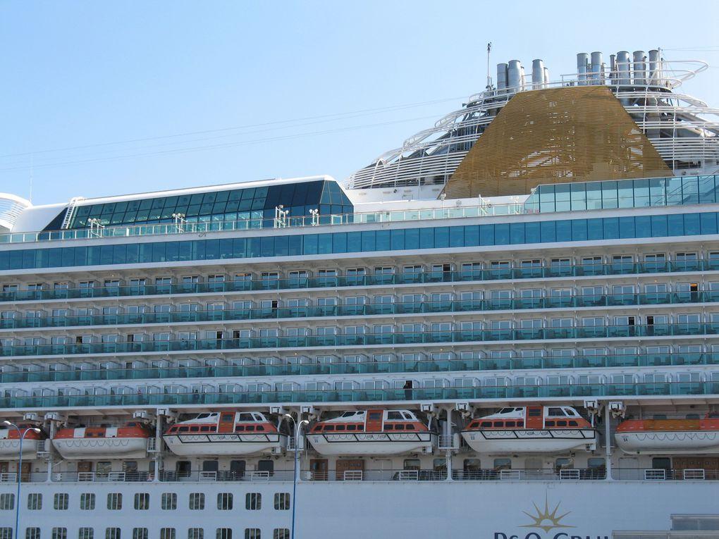 """Le port de la Coruña, en Galice, peut accueillir de grands bateaux de croisière, tel que le """"Ventura"""" par exemple. Il est également connu pour sa célèbre """"Marina."""""""