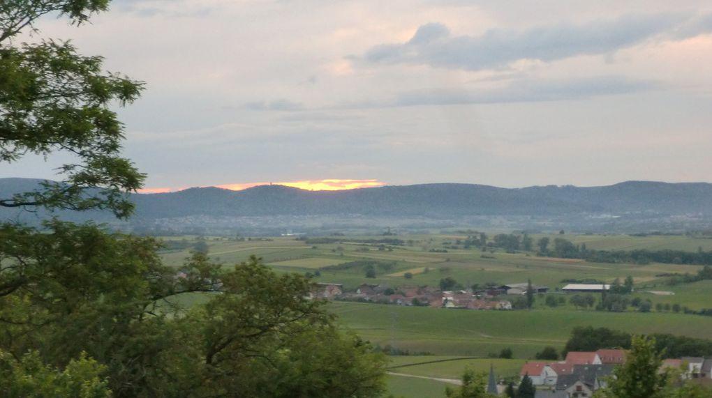 Dans la remontée vers Wasselonne. Le Schneeberg parait bien noir ce soir!!! Au loin, à l' ouest, un magnifique spectacle se prépare.
