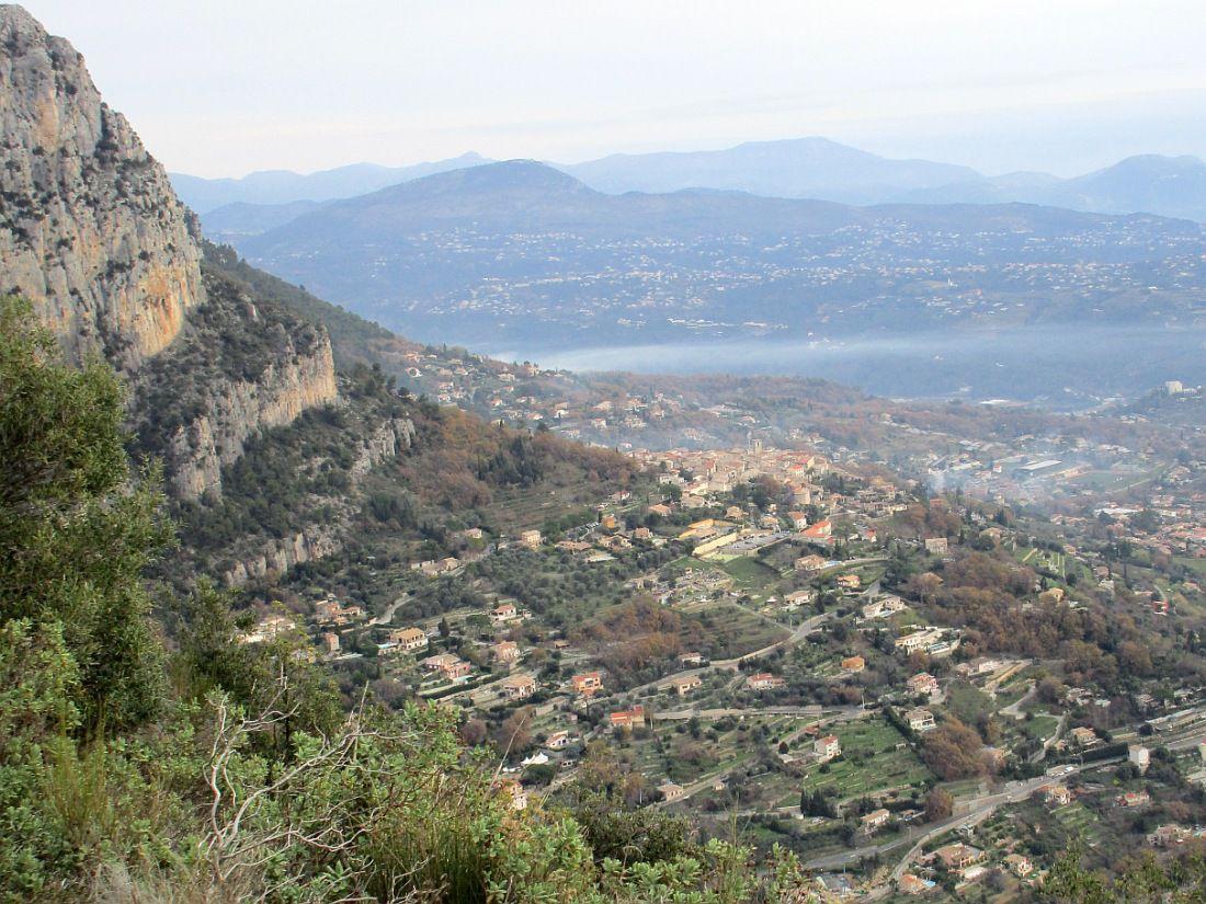 Gros bourg perché à 410 m d'altitude des Alpes Maritimes