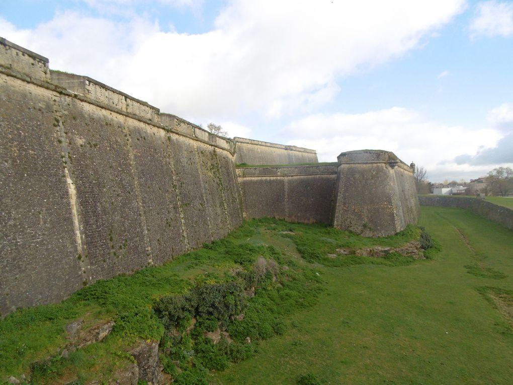 Les remparts et défenses avancées, les douves et la poudrière........