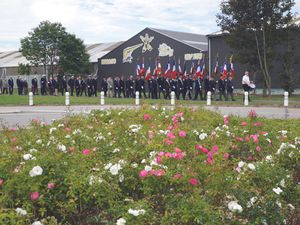 Défilé des anciens combattants en direction du rond point de l'aéroport.