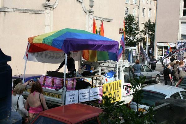 """Samedi 2 juin 2007, Marche des Fiert&eacute;s LGBT 2007 &agrave; Nancy... Quelques photos du d&eacute;fil&eacute; dans les rues de Nancy... Un grand merci &agrave; Kristof &amp; Nicolas pour l'organisation r&eacute;ussie, et rendez-vous &agrave; Metz en 2008 !<br /><span style=""""font-style: italic;"""">(Pour retourner sur mon blog, cliquer </span><a href=""""http://al1web.over-blog.com/"""" style=""""font-style: italic;"""">ici</a><span style=""""font-style: italic;""""> !)</span>"""
