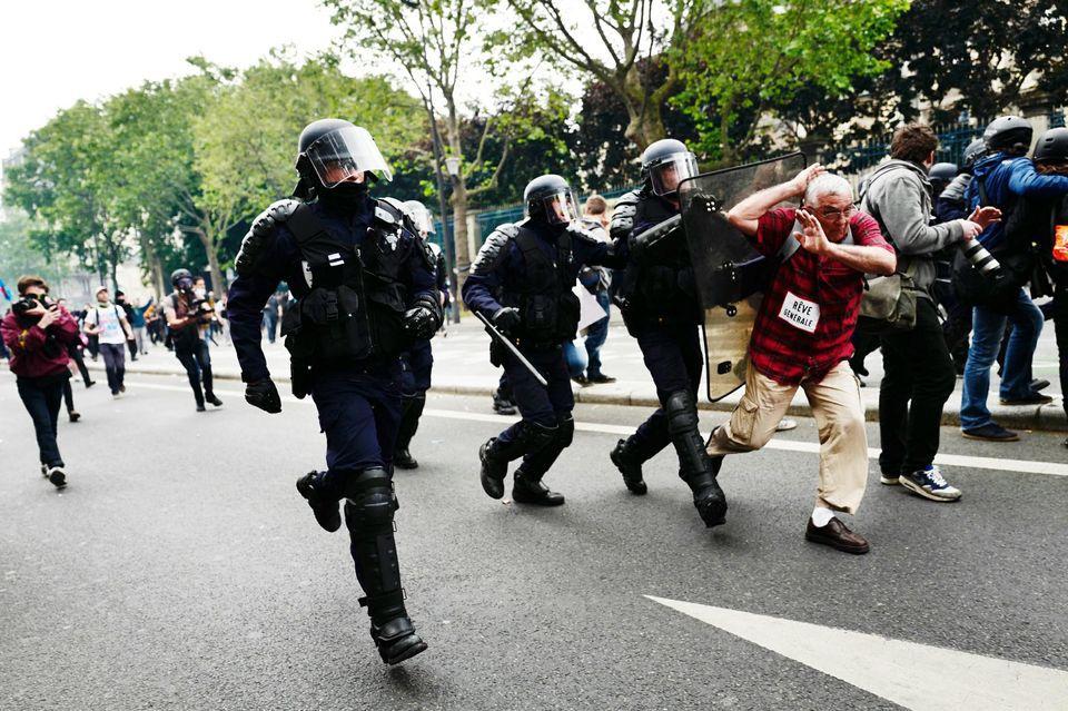 Juin 2016 - Manif contre la Loi travail - Boulevard du Montparnasse, en début d'après-midi mardi. A l'issue de la journée, 58 personnes avaient été interpellées par la police et la préfecture dénombrait 40 blessés. Photo Albert Facelly pour «Libération»