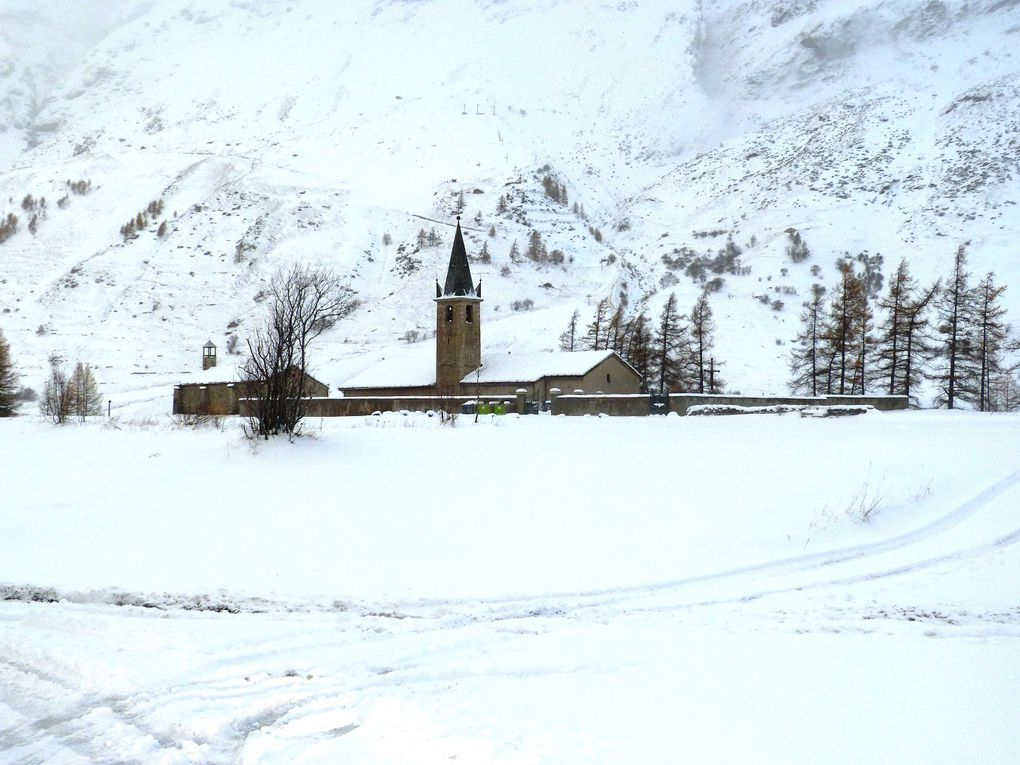 Quelques images des premières chutes de neige de la saison 2013-2014 à Bessans.  Photos : J.Tracq