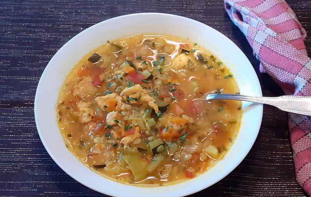 Soupe de poulet, légumes et pâtes becs d'oiseaux