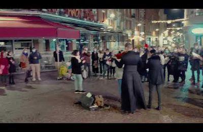 Evangélisation : les prêtres jouent et chantent dans la rue pour Noël