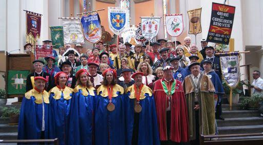 Un modèle de tenues pour les pavillons des Kwoons ?  source http://confrerie-talo-hasparren.fr/