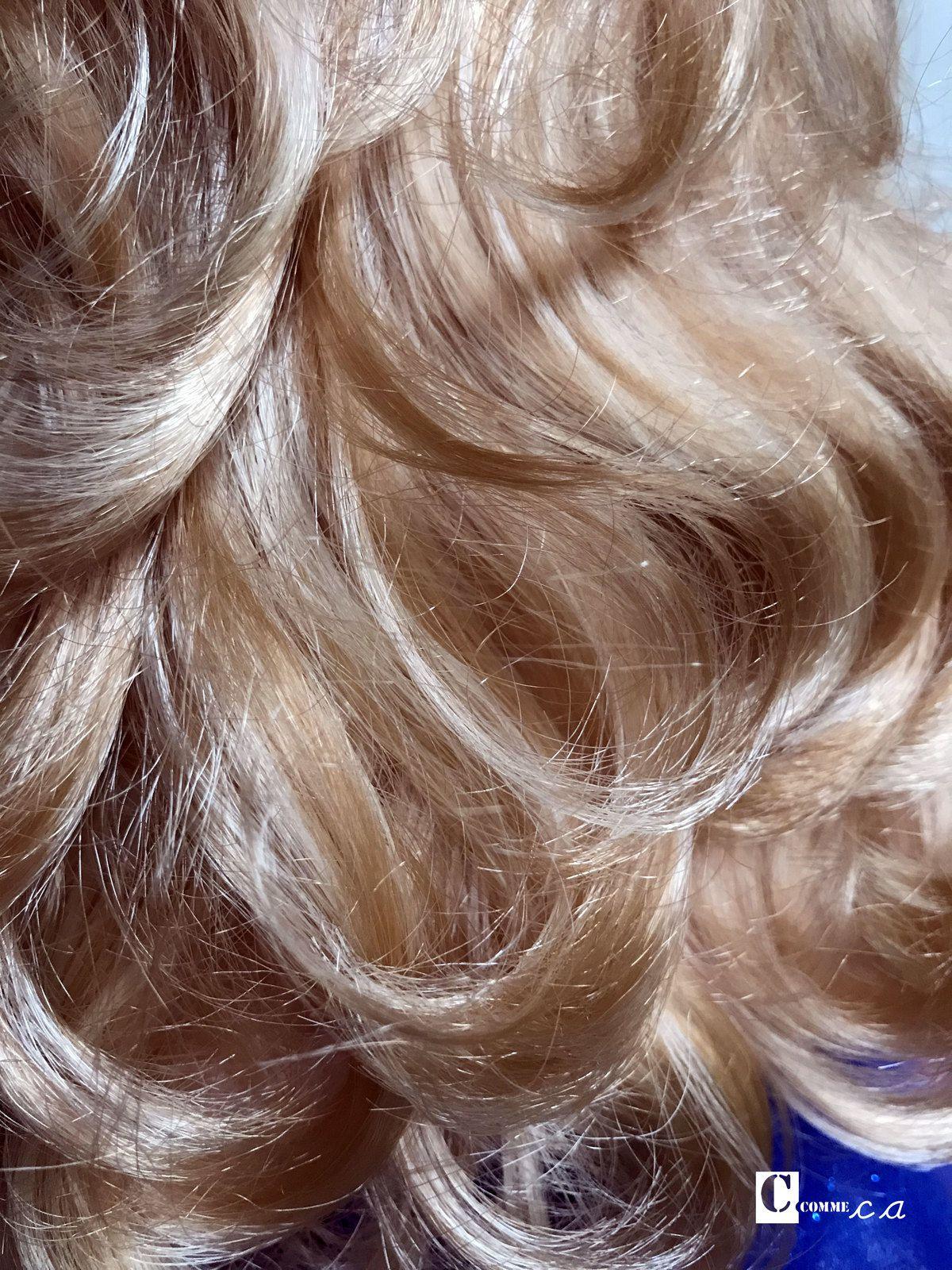Marie-Françoise Célébration a la particularité d'avoir des cheveux méchés. Ils mêlent différentes teintes de blond...