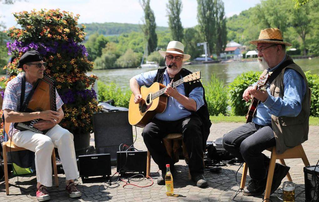 """""""Die 3 Faltigen"""" mit dem Veitshöchheimer Musiker Rainer Schwander und dessen Musikerkollegen Heinrich Filsner und Manfred Kammer sorgten für Wohlfühlatmosphäre mit Blues, Klezmer, Pop-Oldies wie """"Here comes the sun"""", aber auch Fränkischer Musik und Singer-Song-Writer mit Eigenkompositionen wie """"Das Leben kann fein sein und manchmal gemein sein""""."""