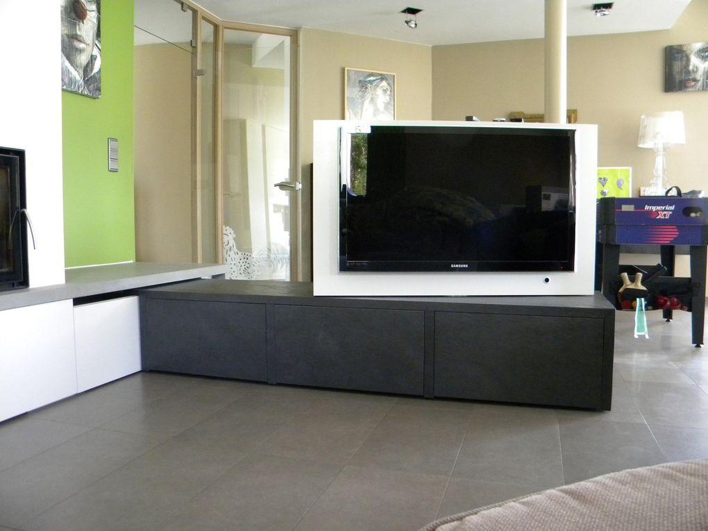 meuble bas support télé  pivotant à 180 ° en placage pierre véritable ardoise  avec tiroir touch open et coulissant le long du mur