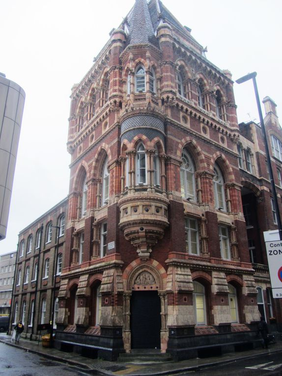 Un peu plus loin avant la station de métro de Vauxhall, un immeuble de briques rouges, très ancien et très londonien. Au froton de l'entrée, une scène représentant des potiers, il me semble.