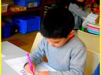 """Petite section : L'atelier de classement """"j'aime / je n'aime pas """" en mathématiques, et l'atelier d'écriture du prénom ."""