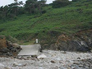 Avec cette rocaille et remontée de gros galets en haut de l'anse, la mise à flot des bateaux en utilisant la cale, reste toujours une opération délicate...