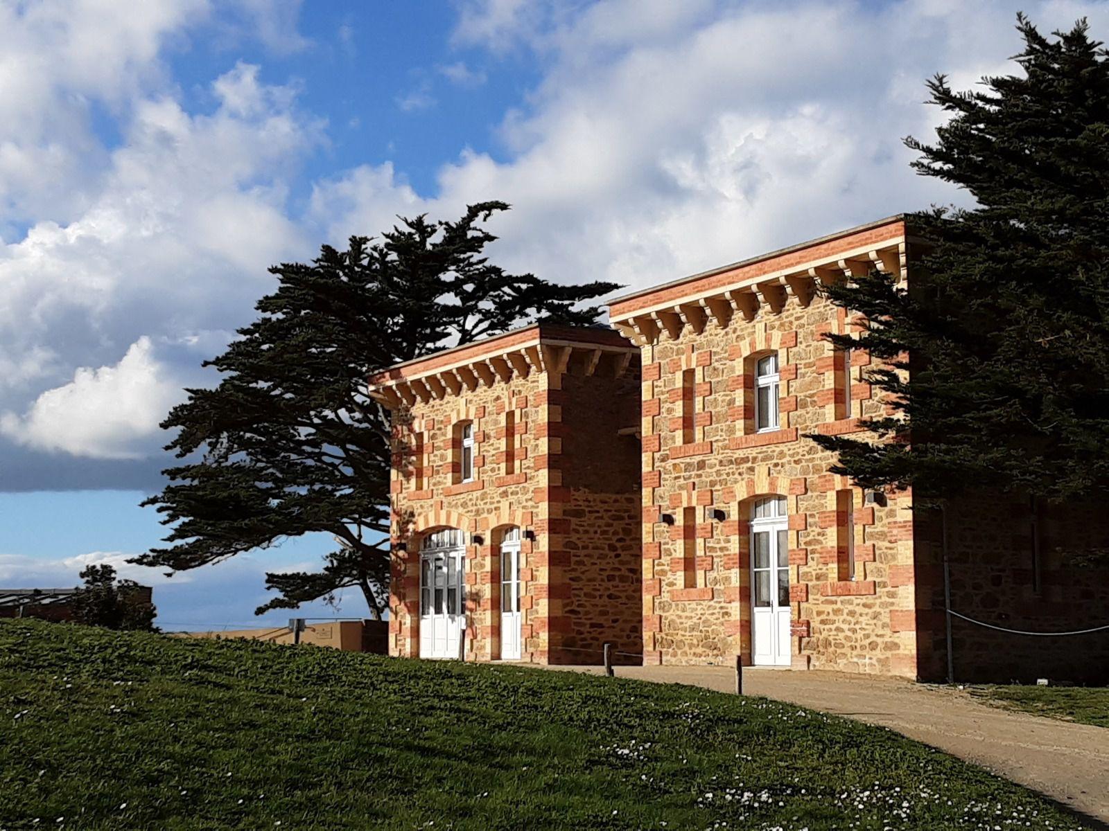 Le long du GR 34   -   le château Le Nessay Le château actuel a été construit en 1882 par le comte Maurice Goislard de Villebresme, qui sera le premier maire résident secondaire (de 1892 à 1899) de la commune. Il est situé sur une petite presqu'île qui sépare la plage et le port du Bechet (à l'est) de la plage de la Grande Salinette (à l'ouest)  - les 111 cabines aux couleurs de dégradées de bleu.