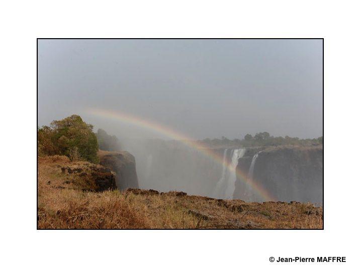 Merveilles naturelles de l'UNESCO, les chutes Victoria se trouvent entre le Zimbabwe et la Zambie. Elles se jettent en formant des cataractes sur environ 1700 mètres de largeur et 108 mètres de hauteur.