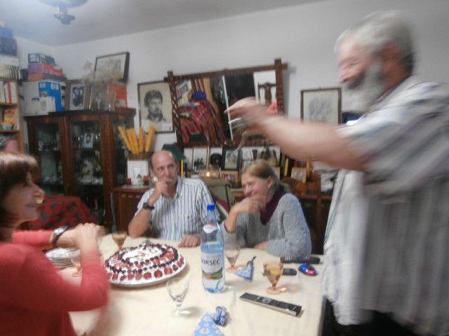 repas chez les amis, incroyable......très bonne prune maison,vins naturels,  spécialités roumaines, un gâteau avec nos initiales, des échanges riches......idem tous les soirs......