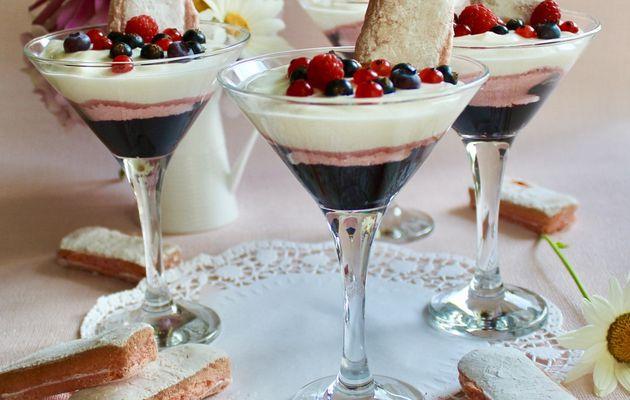 Coupes fruitées au confit de cassis biscuits rose et fromage blanc vanillé