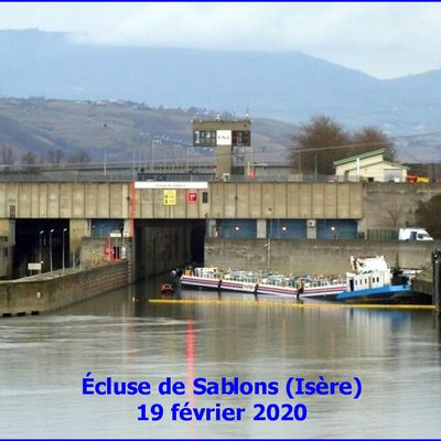 Péniche accidentée à l'écluse de Sablons (Isère)