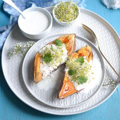 Patate douce en chemise ~ Sauce au yaourt, noix de cajou et graines germées