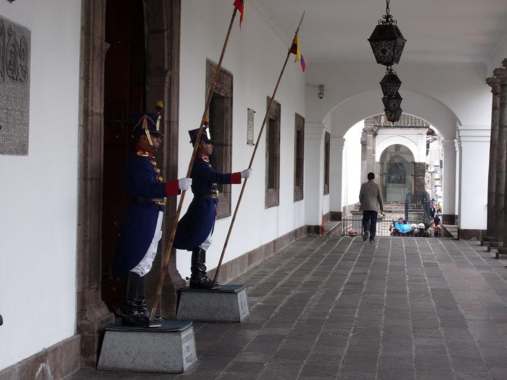Photo 1 rue de la vieille ville. Photos 2 à 9 : Place de l'indépendance.  Photos 10 à 12 : Cathédrale de Quito.  Photos 13 à 17 le palais présidentelle . Photos : 18, 18 et 20. Centro cultural métropolitain dont restaurant.