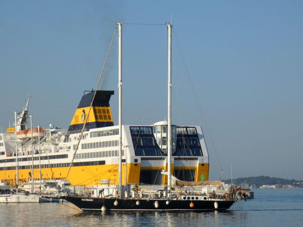PATRIACH , entrant dans la dare vieille du port de Toulon , avant d'accoster au carré du port le 29 juin 2020
