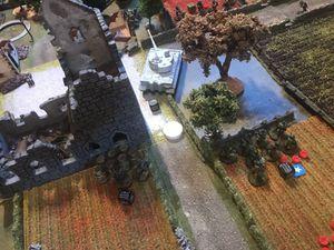 Le tir de barrage d'artillerie va faire son effet et les troupes allemandes d'élites se débandent. Le tiger a neutralisé le canon anti-tank anglais et se prepare à faire exploser la maison en face de lui
