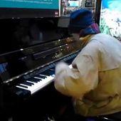 le pianiste dans la foule
