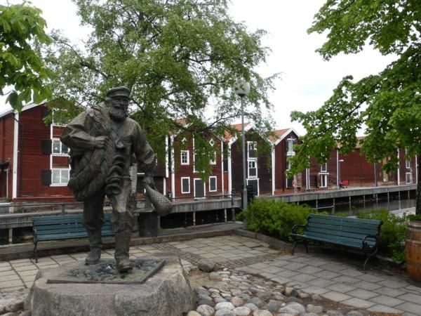 ...Hudiksvall... à l'entrée du port de traditionnelles maisons de pêcheur (Möljen)...