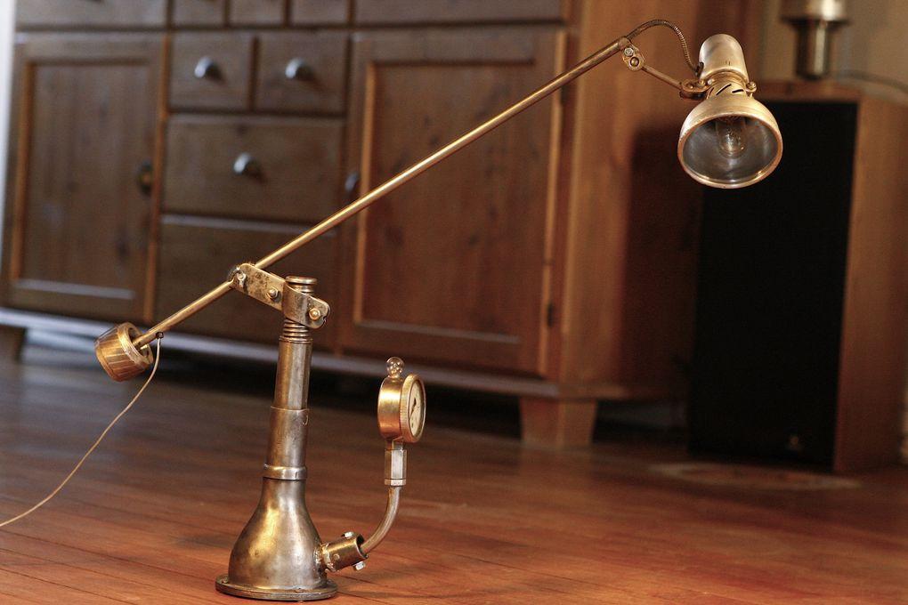 Peut-être inspirées des articulations du corps humain, les rotules sont souvent utilisées dans l'industrie. J'aime bien les utiliser sur certaines de mes lampes car elles permettent un mouvement dans toutes les directions.
