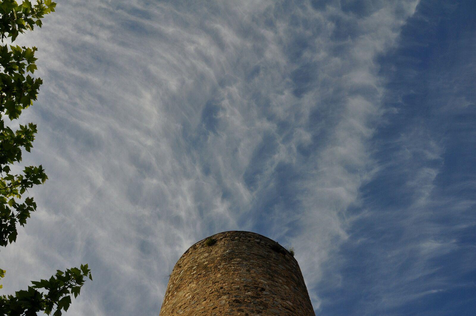 J'adore les nuages avec la tour.