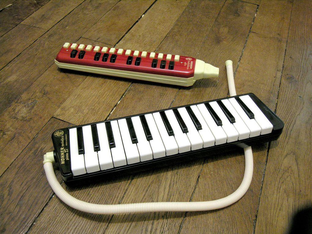 Dessins d'enfants et flûtes à piano.