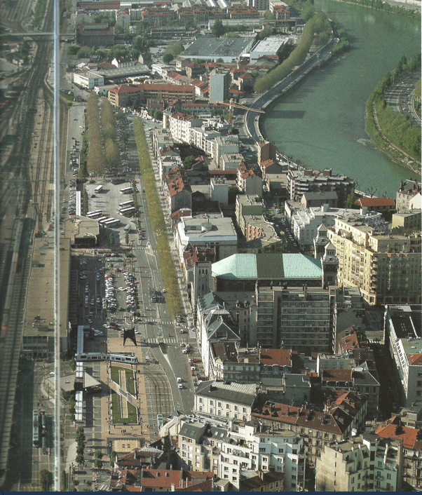 Gare SNCF et quartier de la gare entre Eglise du Sazcré_coeur ( toit église couleur vert) et au fond cité Jean Macé (ou des abattoirs)