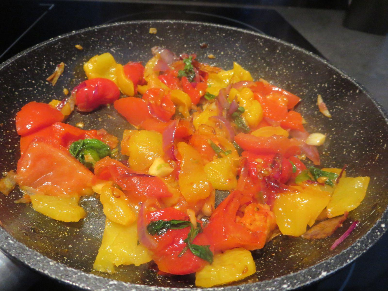Un velouté original. qui sent l'Amérique du sud.  des poivrons de toutes les couleurs, de l'oignon, un peu de maïs en boite, et une petite patate douce orange. une bonne pincée d'épices Cajun
