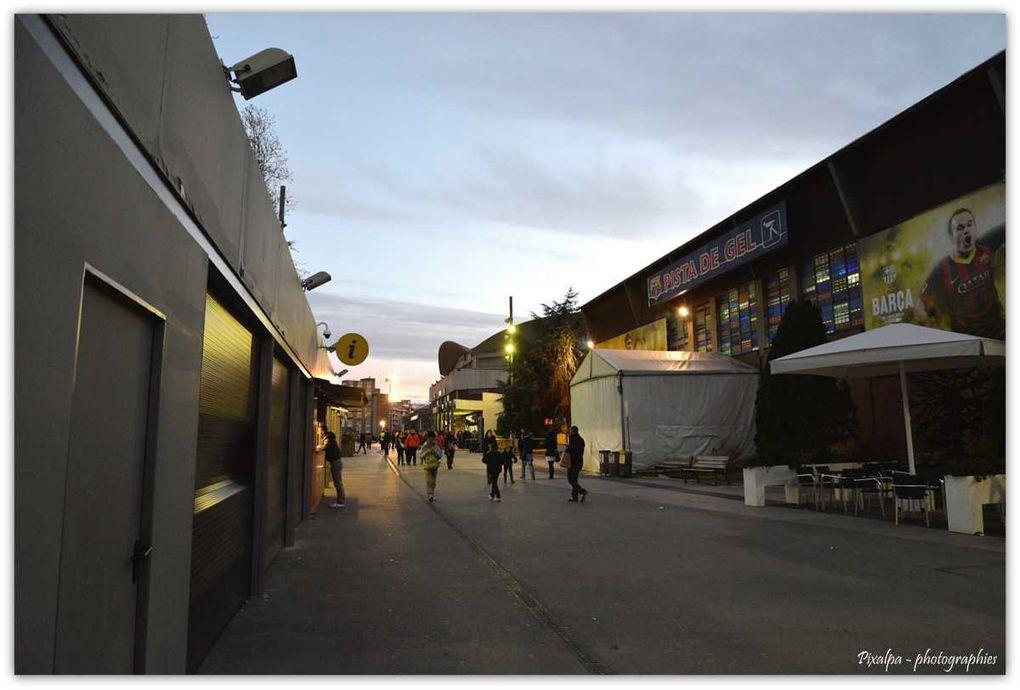 Photos de nuit des ramblas , des rideaux de fer des magasins tagués et du stade du camp nou