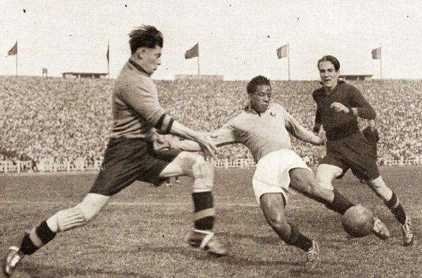 Larbi Ben Barek al tiro durante Belgio-Francia 4-1 del 4 giugno 1950 a Bruxelles