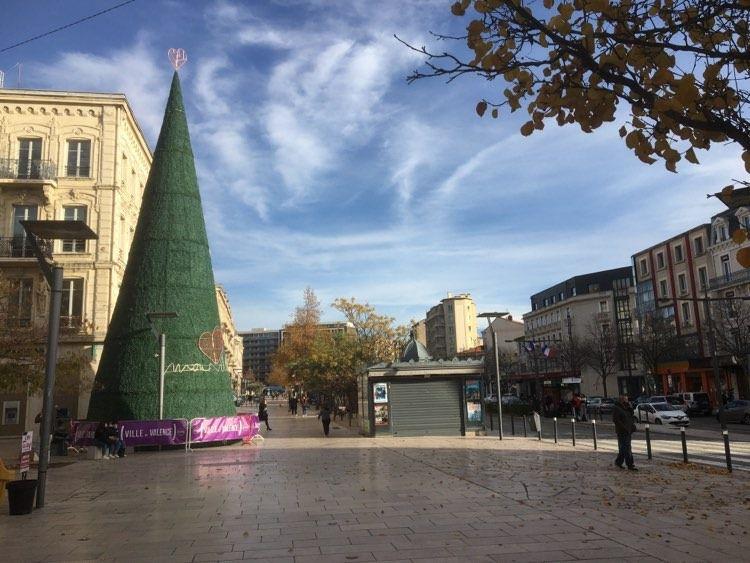 """Valence. Le """"cône"""" de Noël, sur les boulevards"""