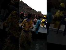 Un événement, le Mariage de Rosalie et Conakry. L' arrivée des invités bien sûr en pirogue et les préparatifs pour le mariage.