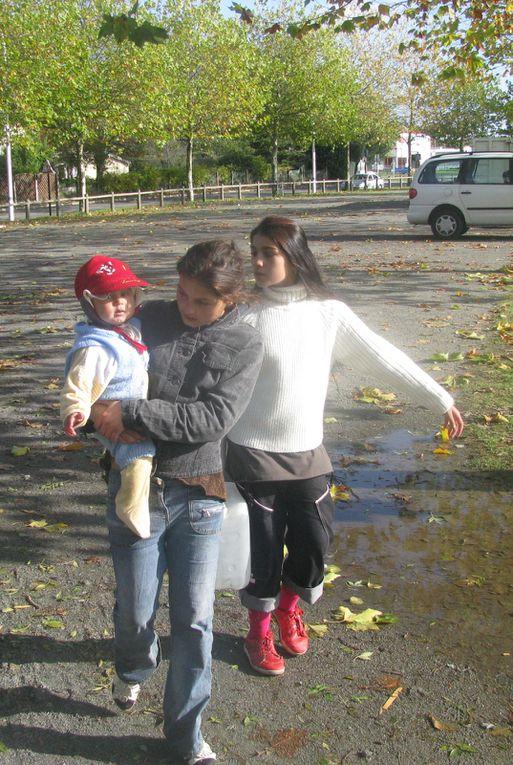Vues du campement provisoire à Indre d'une cinquantaine de familles Roms expulsées de Chantenay en octobre. Une trentaine d'autres familles se sont installées à Saint-Herblain.