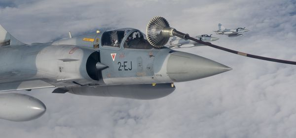 © ARC - Un Mirage 2000-5F au ravitaillement pendant une mission.