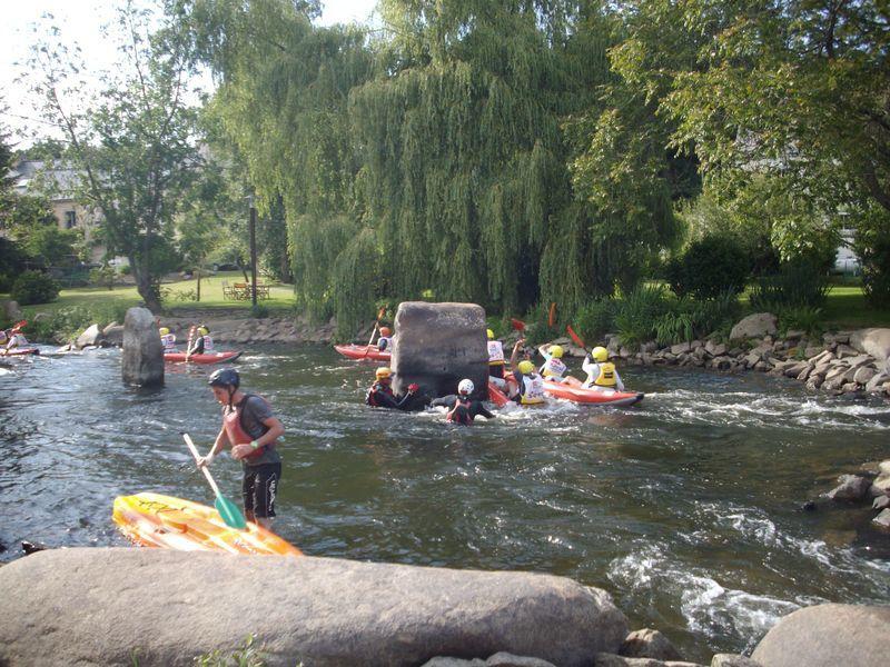 Chacune des 90 équipes et des 800 kayakistes vont se relayer dans des embarcations biplaces gonflables afin d'effectuer le plus de tours possibles de l'île de Locastel à Inzinzac-Lochrist sur le Blavet. La compétition dure 5h le samedi.