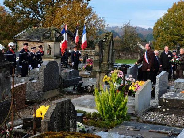 Minute de silence devant la tombe du soldat Marchand