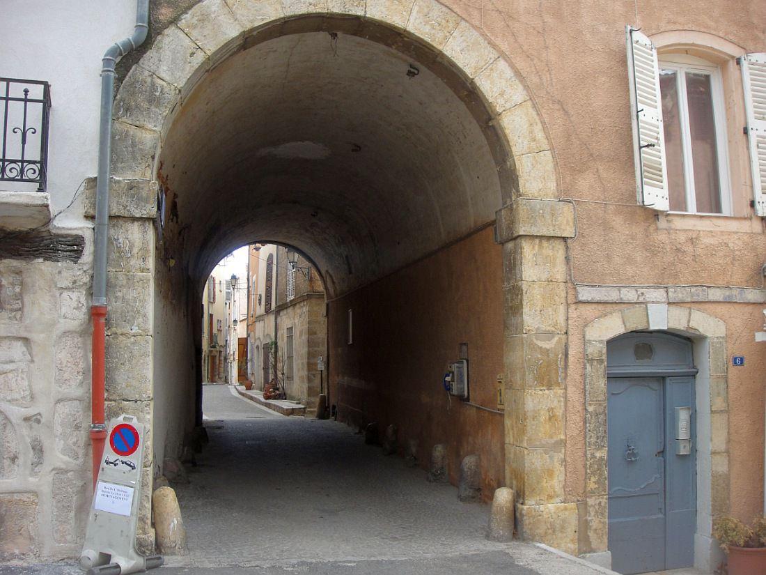 Village provençal aux vieilles rues pittoresques