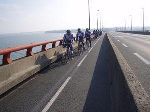 Le pont vu depuis la piste cyclable (photo 2)  conduisant vers l'entrée du pont ; au-dessus de la mer, tournant le dos à La Rochelle.