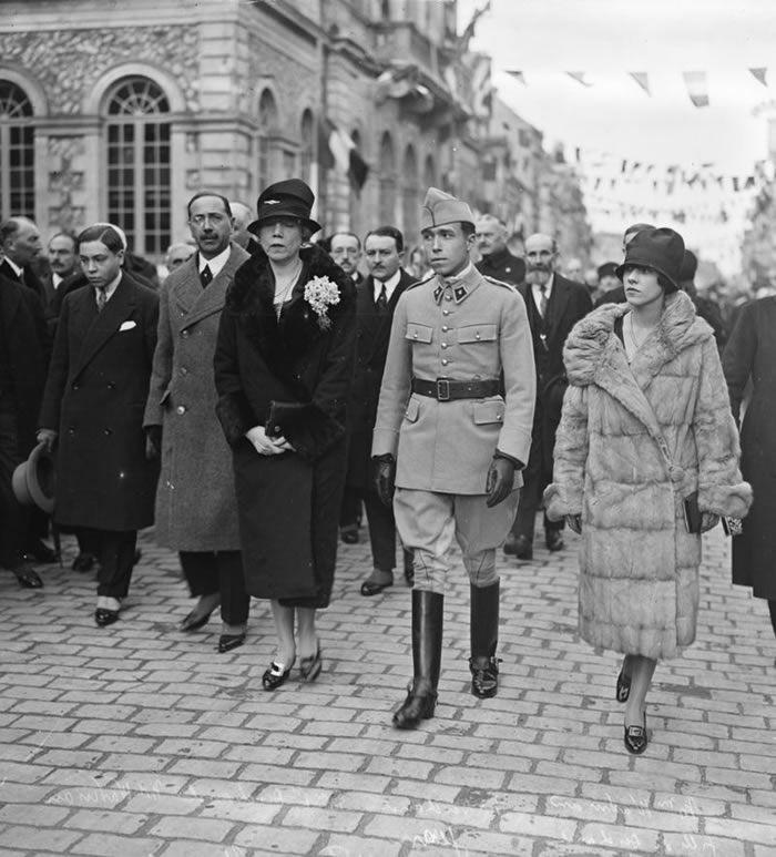 La famille Deschanel lors de l'inauguration d'une statue rendant hommage à Paul Deschanel (Nogent-le-Rotrou, 24 octobre 1926).