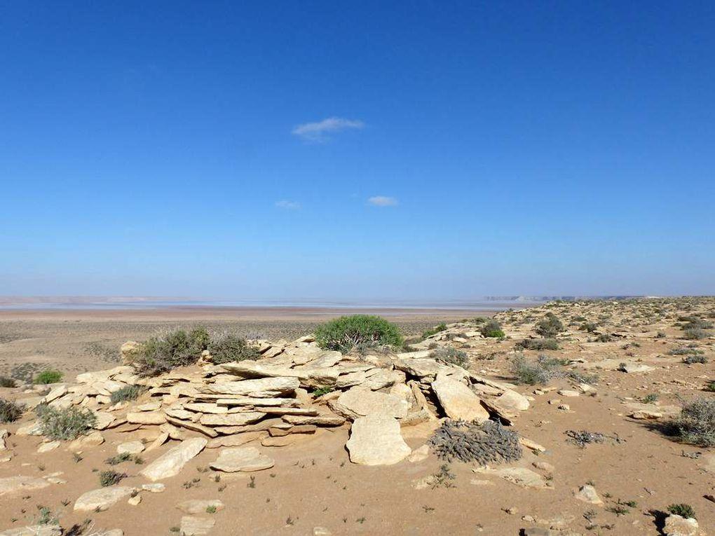 La sebkha du bivouac avec un tumulus pré-islamique.