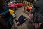 Les Afghans qui tentent d'atteindre l'aéroport de Kaboul sont battus par les Talibans