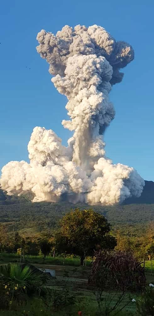 Rincón de la Vieja - 28.06.2021 / 05h42 - powerful eruptive plume, and steam overcoming the lahars at the foot of the column - photo Area de Conservacion Guanacaste