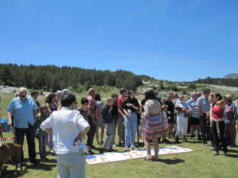 pic-nic géant organisé à caussols sur une idée originale de michel sérale