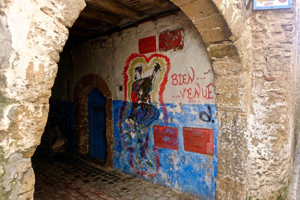 Quelques graffitis aux couleurs chatoyantes donnent à l'instar des portes un cachet aux rues et toute sa poésie à la médina.